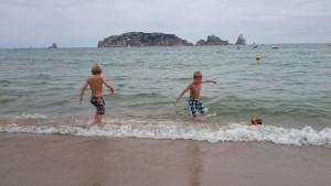 jongens strand