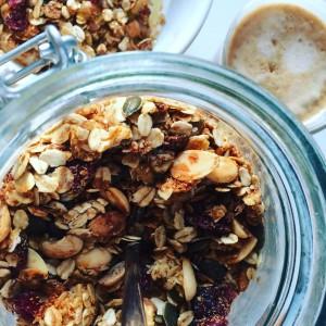 Zelfgemaakte granola met amandelen en cranberries